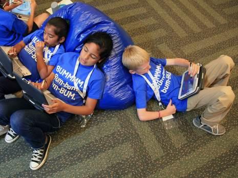 Crianças usam notebooks educacionais em escola nos EUA - Foto: divulgação