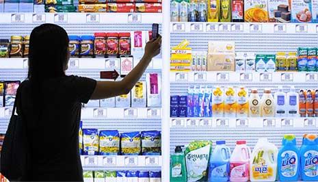 Homeplus, sistema da Tesco na Coreia do Sul, que permite que os consumidores façam compras na plataforma do metrô com seus celulares, apenas fotografando as imagens dos produtos, que são depois enviados a suas casas – imagem: divulgação